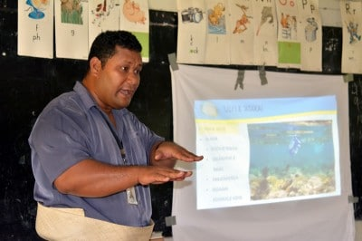 Apai Moala explains the intricacies of coral reefs to students.
